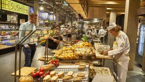 """Der niederländische Lebensmittelhändler Jumbo hat vor drei Jahren die Restaurantkette """"La Place"""" gekauft, um seine Gastrokompetenz zu stärken. Seither muss er das Know-how in sein Handelsformat """"Foodmarkt"""" integrieren. Wie dies in der Praxis gelingt, zeigt die aktuelle Filiale in Utrecht."""