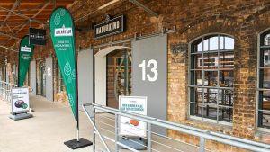 """Das neue Bio-Format """"Naturkind"""" der Edeka wird von Selbständigen betrieben. Denn Regionalität, Frische und Bedienung sind wichtige Differenzierungsmerkmale im umkämpften Biosegment. In Hamburg führt Benjamin Hirche einen Pilotmarkt in den Hallen des ehemaligen Güterbahnhofs in Altona."""