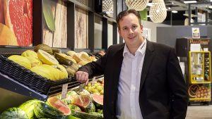 Erlebnis fängt für Denis Brüggemeier beim Ladenbau an. In seinem neuen Markt in Kevelaer am Niederrhein setzt der Edeka-Kaufmann auf modernes Design und Wohlfühlatmosphäre. Mit seinen Eltern betreibt der Kaufmann insgesamt sieben Märkte.