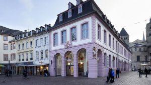 In der Touristenstadt Trier hat dm einen Traumstandort ergattert. In dem stattlichen Barockbau Palais Walderdorff vor dem Bischofsdom führt der Drogerieprimus seit kurzem eine Vorzeige-Filiale.