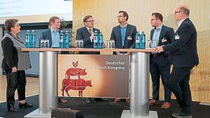 Kann sich die Bedientheke langfristig behaupten? Diese Fragen diskutieren dfv-Redakteure Renate Kühlcke (l.) und Dirk Lenders (r.) mit erfahrenen Lebensmittelhändlern. Die Edekaner Sebastian Ladenthin und Volker Wiem sowie die Rewe-Kaufleute Max Stenten und Michael Weisbrod (v.l.) haben viele Ideen für die Servicestation.