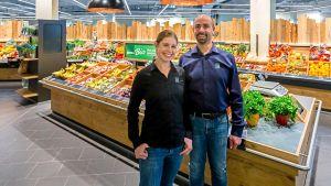 Die Kaufleute Julia Fuchs und Stephan Ott führen seit Sommer 2019 gemeinsam einen neuen Edeka-Markt im Regensburger Dörnbergforum. Die Geschwister haben einen Blick für Trends und beweisen Liebe zum Detail.