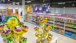 """In der niederländischen Grenzstadt Venlo zieht der Foodmarkt """"Zwei Brüder"""" vor allem zahlreiche deutsche Kunden an. Mit Kaffee, Softdrinks und Süßwaren zu Kampfpreisen, außergewöhnlichen Frischesortimenten und holländischen Spezialitäten."""