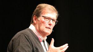 """""""Ich würde nicht hier sitzen, wenn mein Inhaber nicht zufrieden mit mir wäre."""" – Klaus Gehrig, Komplementär der Schwarz-Gruppe über sein Verhältnis zu Dieter Schwarz"""