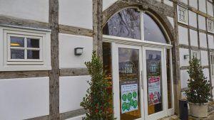 Edeka Schenke schreibt Eigenproduktion groß. Im November 2018 hat die Kaufmannsfamilie ein Restaurant in einem frei stehenden alten Gutshof bei Gütersloh eröffnet.