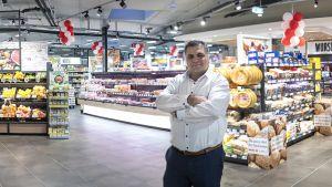 Rewe-Kaufmann Sahin Karaaslan hat sich in seinem neuen Supermarkt im Mannheimer Stadtteil Käfertal viel vorgenommen. Mit viel Frische-Convenience und einem kompakten Sortiment trifft er offenbar den Nerv der Nachbarschaft.