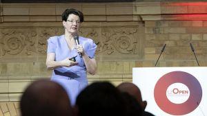 Astrid Teckentrup, Geschäftsführerin Vertrieb bei Procter & Gamble, begrüßt die Teilnehmer mit einem Innovationskick. P&G geht seit Jahren neue Wege, um Know-how aus allen Bereichen zu verknüpfen.
