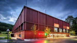 Der Markt liegt im Erdgeschoss des neu gebauten Institute of Technology. Der erste Standort dieser Art eröffnete 2016 an der Uni Wien.