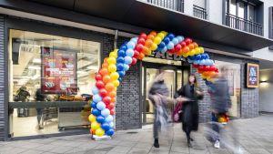 In der Nähe der Frankfurter Zeil hat Aldi Süd vor kurzem eine neue Innenstadt-Filiale eröffnet. Der Markt befindet sich im Erdgeschoss einer Immobilie mit 75 Wohneinheiten. Zuvor war hier ein Fitnessstudio. Der Grundriss stellte die Planer vor echte Herausforderungen.