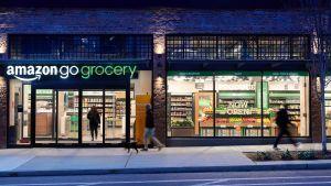 """Der in Seattle neu eröffnete """"Amazon Go Grocery"""" liegt in einem Wohnviertel. Der knapp 1000 qm große Markt soll die Lebensmittelbedürfnisse der Anwohner abdecken."""