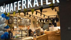 Haferbrei statt belegte Brötchen - das Startup Haferkater will mit Porridge, Bowls, Kaffee und Kuchen im Frühstücks-Business expandieren. Derzeit betreibt das Unternehmen zehn Shops an Hochfrequenzstandorten. Einer davon steht im Bonner Hauptbahnhof.