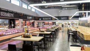 Kurz vor der Corona-Krise hat Globus in Prag einen Pilotmarkt eröffnet. Seine Stärken: ein Gastro-Handelsmix auf kompakter Fläche mit viel Frische und Eigenproduktion. Herzstück des neuen Konzepts ist der großer Verzehrbereich mit 140 Sitzplätzen und Blick auf die transparente Produktion.