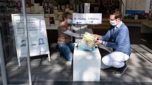 Ab 20. April dürfen in Deutschland wieder Geschäfte bis zu 800 qm Verkaufsfläche öffnen. Vorausgesetzt, die Hygienemaßnahmen und Abstandsregeln werden eingehalten. Am ersten Wiedereröffnungstag bereiten Thalia-Mitarbeiter in Stuttgart den Eingangsbereich ihrer Filiale für die Kunden vor. Buchhändler dürfen unabhängig von der Ladengröße wieder öffnen.
