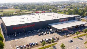 Der neu eröffnete Handelshof in Rostock ist als C+C-Markt recht kompakt, dafür aber deutlich moderner und optimiert für das Zustellungsgeschäft. Der Standort befindet sich in unmittelbarer Nähe zur A19 und ist keine zwei Kilometer entfernt von seinem Vorgängermarkt in Rostock-Broderstorf.