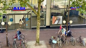 Am Bahnhof Altona hat sich Aldi Nord seinen bislang größten Standort gesichert. Im Juli 2020 hat der Discounter die 1700 qm große Vorzeige-Filiale in der Ottenser Hauptstraße eröffnet. Mitten in dem belebten, gut frequentierten Stadtviertel kann Aldi auf viele Passanten, Pendler und Anwohner hoffen.
