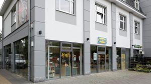 Auf gerade mal 450 qm hat Ikea in Berlin-Pankow hierzulande sein erstes Beratungsstudio eröffnet. Mit dem reinen Serviceformat will der Möbelgigant die Stadtklientel locken und zum Kauf ganzer Einrichtungssysteme motivieren. Parkplätze gibt es keine, die Kunden kommen zu Fuß, mit dem Fahrrad oder den Öffentlichen zu ihrem Beratungstermin.