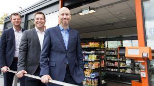 Als erster deutscher Foodhändler testet Tegut einen automatisierten und begehbaren Minisupermarkt in Fulda. Tegut-Geschäftsführer Thomas Gutberlet (r.) freut sich mit Projektleiter Sören Gatzweiler, Bereichsleiter Logistik (M), und Thomas Stäb, Leiter Vertrieb Convenience/Pilotstore, über den Pilotmarkt.