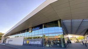 Der neue Markt von Edeka Ueltzhöfer in Untergruppenbach punktet schon durch seine besondere Architektur. Es ist der sechste Markt, den die Händlerfamilie im baden-württembergischen Landkreis Heilbronn betreibt. Nach einem guten Jahr Bauzeit wurde er im Juli 2020 eröffnet.