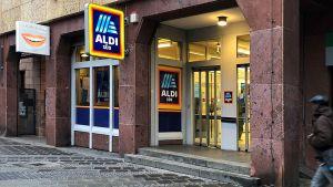 In Deutschland betreibt Aldi Süd inzwischen rund 1940 Filialen. Darunter sind einige, die aus der Masse hervorstechen und mit denen der Systemspezialist seine Standortflexibilität beweisen kann. In der Nürnberger Königstraße zum Beispiel führen die Mülheimer ihre kleinste Filiale. Der Laden misst gerade mal 402 qm.