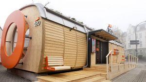 """In der Fuldaer Innenstadt hat Tegut am 5. November 2020 seinen ersten unbemannten City-Store """"Teo"""" eröffnet. Der High-Tech-Container hat eine Verkaufsfläche von 50 qm, der Einkauf wird über eine App gesteuert. Damit setzt Tegut als einer der ersten deutschen Händler den vollautomatisierten Einkauf um. Der Name """"Teo"""" erinnert an den Unternehmensgründer Theo Gutberlet."""
