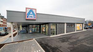 Mit seiner neuen Verkaufsstelle Nummer 1 in Essen-Schonnebeck knüpft Aldi Nord an alte Zeiten an. Nach der Schließung der historischen Stammfiliale in der Huestraße hat der Discounter am 10. Dezember 2020 seinen Neubau etwa 200 Meter entfernt an der Saatbruchstraße 55 wiedereröffnet.