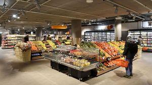 Laut Tegut reagieren viele Kunden erfreut über den klaren, geordneten Marktauftritt und die breiten Gänge in der ersten Münchener Filiale.
