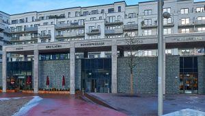 """Hamburg Hammerbrook entwickelt sich von einem reinen Büro- und Produktionsstandort zu einem Stadtteil, in dem gewohnt und gelebt wird. Vorzeige-Edeka-Händler Niemerszein hat sich in dem neu entstandenen """"Sonninquartier"""" angesiedelt und ist der erste Nahversorger vor Ort. Das Quartier besteht aus achtgeschossigen Wohnblocks, einem 12.000 qm großen Park und einer kleinen Mall, der """"Sonninpassage""""."""