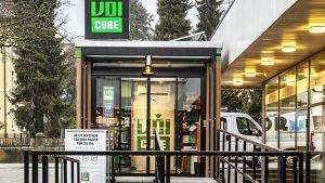 """Seit Anfang Februar 2021 betreibt die Schweizer Migros den ersten automatisierten Ministore unter dem Namen """"Voi Cube"""". Der Pilot der Migros-Genossenschaft Aare steht in Grenchen bei Solothurn direkt neben einem Voi-Markt, dem Nachbarschaftskonzept der Migros Aare."""
