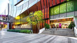 """Die """"Central Food Hall"""" gehört der international tätigen thailändischen Central Group, die 2015 den Mehrheitsanteil an der KaDeWe-Group übernommen hat. Der Premium-Supermarkt ist im Untergeschoss der Shopping Mall """"Central Plaza"""" untergebracht. Das Gebäude befindet sich im noblen Wohnviertel Ladprao mitten in Bangkok, in dem auch zahlreiche Expats (hochqualifizierte Fachkräfte) leben."""