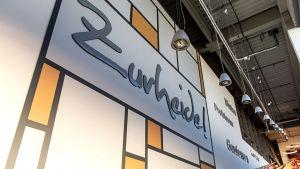 Am 2. März 2021 hat Edeka Zurheide seinen zweitgrößten Markt in Düsseldorf-Reisholz wiedereröffnet. Und das sogar eine Woche früher als geplant. Denn da die Handwerker wegen der Coronaauflagen im Zwei- bis Dreischicht-Betrieb arbeiten mussten, gingen die Renovierungsarbeiten insgesamt schneller voran, berichtet der Händler.