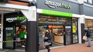 """Am 4. März ist der erste automatisierte Amazon-Store in London unter dem Banner seines Lieferservices """"Amazon Fresh"""" gestartet. Der Laden befindet sich am Eingang eines Shopping Centers im Stadtteil Ealing. Der Store hat täglich von 7 bis 23 Uhr geöffnet."""