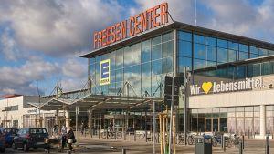 Im Neumünsterer Freesen Center betreibt Jan Meifert seinen neuesten Markt – er ist mit 5400 Quadratmetern der größte Edeka Schleswig-Holsteins. Für den Bau investierte der Händler einen zweistelligen Millionenbeitrag. Auf der ehemaligen Real-Fläche setzt er auf viel Frische, Bio und Marktplatz-Atmosphäre. Vor der Tür bietet Meifert außerdem Ladestationen für E-Bikes und E-Autos.