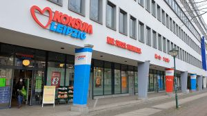 Der neue Markt in der Prager Straße von Leipzig zeigt exemplarisch, auf was es dem Handelsunternehmen ankommt. Die Kleinfläche wurde Mitte Dezember 2020 im Südosten der Stadt in der Nähe der Uni eröffnet.