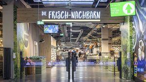 """In Unterföhring bei München hat das niederbayerische Familienunternehmen Stadler + Honner seine erste Großfläche eröffnet. Gleich am Eingang des ehemaligen Marktkaufs sollen die Kunden wissen, wo sie sind - bei den """"Frisch-Nachbarn"""". Das Konzept von den bodenständigen, mit der Region verbundenen Marktbetreibern hat die Münchener Kommunikationsagentur Söllner entwickelt."""