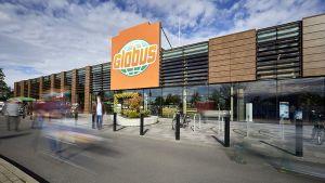 Vorher Markthalle, jetzt Globus - zeitgleich hat der saarländische Großflächenspezialist die beiden früheren Real-Prestigemärkte unter eigenem Banner wieder eröffnet. Der größere der beiden Standorte ist Krefeld. Der Markt in der Hafelsstraße 200 hat eine Verkaufsfläche von 11.200 qm.