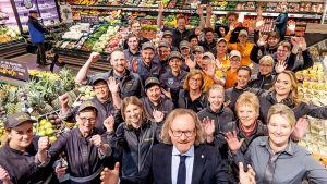 <strong>WEZ in Bad Oeynhausen:</strong> Aus gutem Grund ist WEZ-Chef Karl Stefan Preuß stolz auf die Mannschaft von Marktleiterin Tanja Hebrock. Der einzigartige Teamspirit sorgt für einen Jahresumsatz von 22 Mio. Euro.