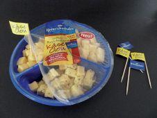 Spießgesellen: Heinrichsthaler packt Käse-Snackwürfeln eine partygerechte Verzehrhilfe bei.