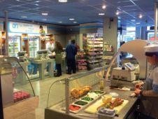 Der Store ist übersichtlich eingerichtet. Gegenüber des Kassenbereichs mit Snacks und Getränken findet sich die Frische-Station, an der Sandwiches und Baguettes - auch nach Kundenwunsch -  belegt werden.