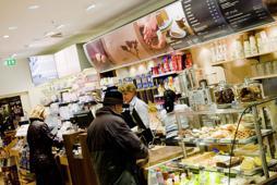 Das erweiterte Foodangebot umfasst neben Kaffeespezialitäten auch Softdrinks, Kuchen und Snacks.