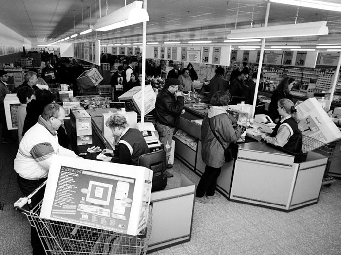 Nonfood-Boom: Für die ersten Medion-Computer standen die Kunden lange Schlange.  Ein Blick in die Aldi-Kassenzone im November 1997. Foto: LZ-Archiv