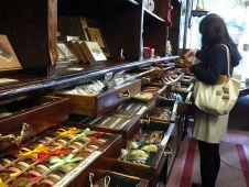 """Offene Schubladen wie beim """"Schokolade König"""" erwecken den Eindruck, als seien sie jetzt gerade für die Kundin geöffnet worden."""