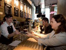 """""""Pasta & Café by Interspar"""" bietet sowohl Kaffee und Kuchen als auch Mittagessen an. Der Betrieb, der 30 Mitarbeiter beschäftigt, startet frühmorgens um 6 Uhr und endet um 24 Uhr."""