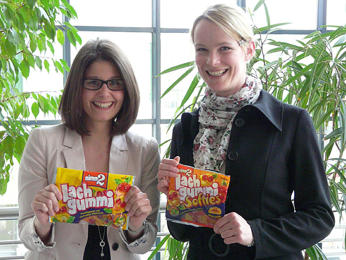 Saskia Neubart (l.), Produkt Manager Marketing Deutschland, und Katrin Dax (r.), Product Manager International Marketing, - beide für Nimm2 Lachgummi bei der August Storck KG in Berlin.