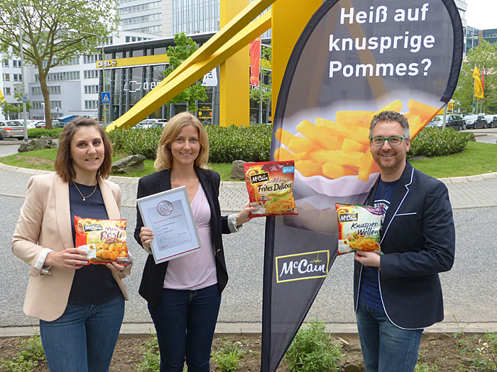 Sophie Lapointe, Jr. Trade Marketing & Category Manager, Claudia Pohl, Marketing Manager Retail, und Oliver Kuhn, Trade Marketing & Category Manager, (v.l.n.r.) – alle bei McCain in Eschborn.