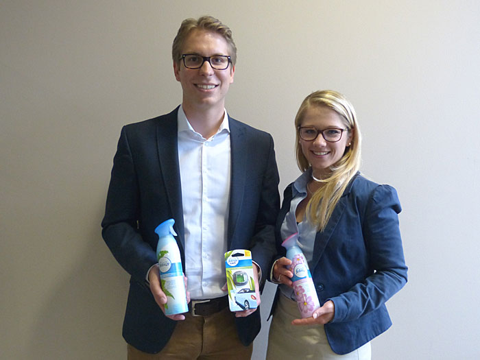 Simon Meier, Brand Management, und Johanna Keusch, Category Manager Home Care, – beide für Febreze bei Procter & Gamble in Schwalbach.