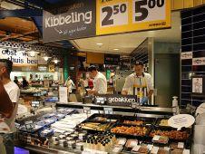 An der Fischtheke gibt es außer frischem Fisch auch gebratene Stückchen, Calamariringe, Salate sowie lose, tiefgekühlte Meeresfrüchte zum Selbstabfüllen.