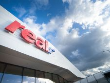 In Essen-Altendorf eröffnete Real ein hochmodernes SB-Warenhaus, das die Zukunftsvision des Unternehmens für diesen Vertriebstypen darstellt.