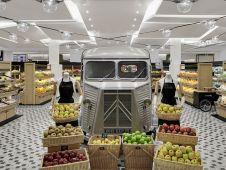 In der Obst- und Gemüseabteilung verbreiten ein alter LKW und in Körben präsentierte Waren Marktplatzatmosphäre.