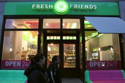 Das grüne Leuchten in Berlin: Die Fresh'n Friends-Filiale in der Friedrichstraße ist rundum die Uhr geöffnet.