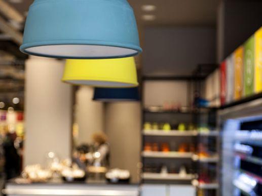 noch leuchten die lampen oberhalb der bar nicht der innenausbau nicht zuletzt die ausgefeilten - Ikea Lebensmittelmarkt